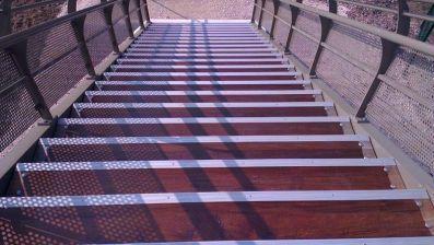 Escalier d'une passerelle en bois
